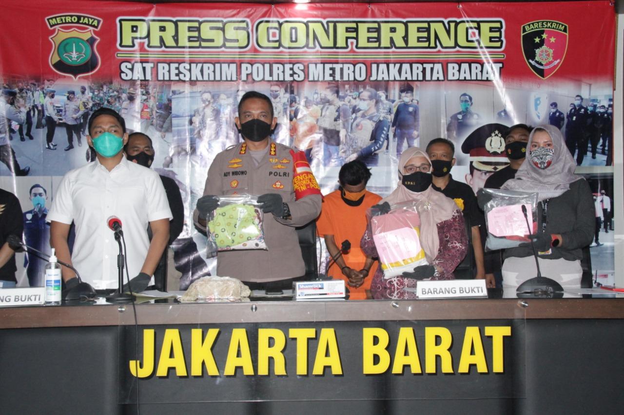 Polres Metro Jakarta Barat memperlihatkan barang bukti kejahatan pelaku