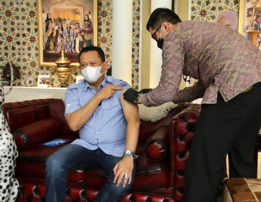 Ketua MPR RI Bambang Soesatyo disuntik vaksin oleh dokter