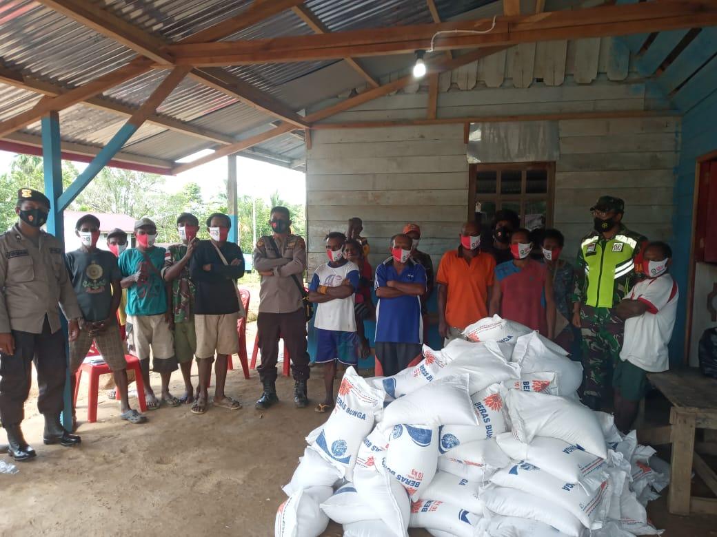 Bhabinkamtibmas dan Bhabinsa serta masyarskat penerima bantuan