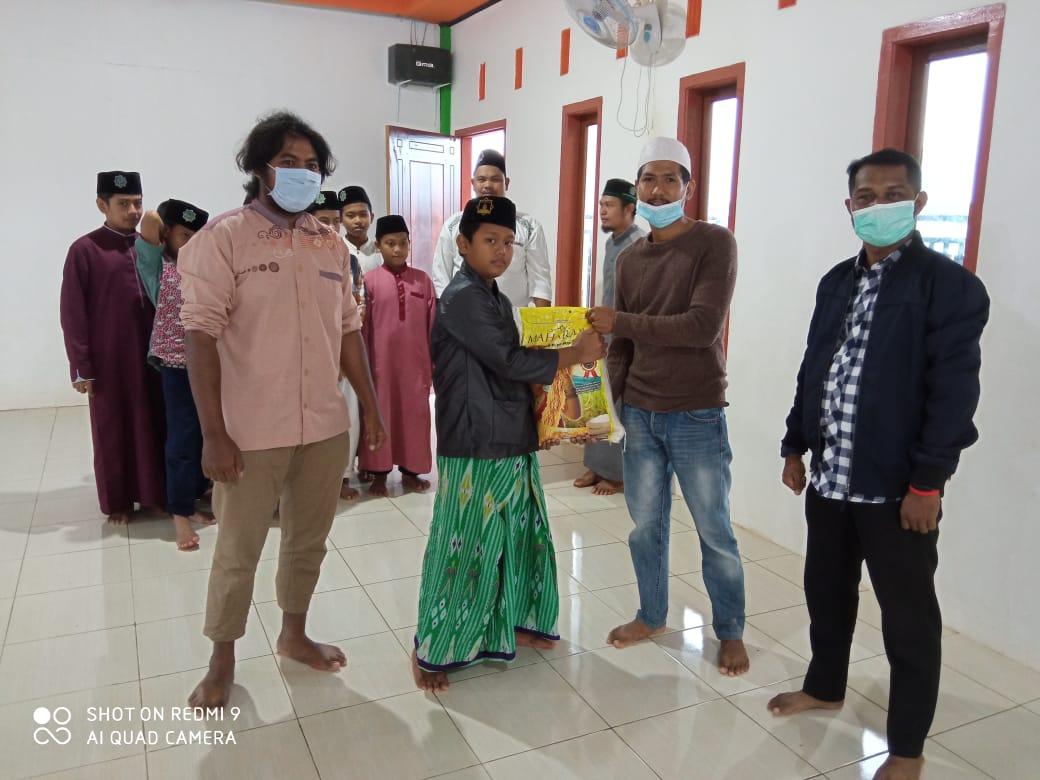 Pengurus KAHMI Boven Digoel serahkan bantuan secara simbolis ke santri pondok pesantren Hidayatullah Tanah Merah/net