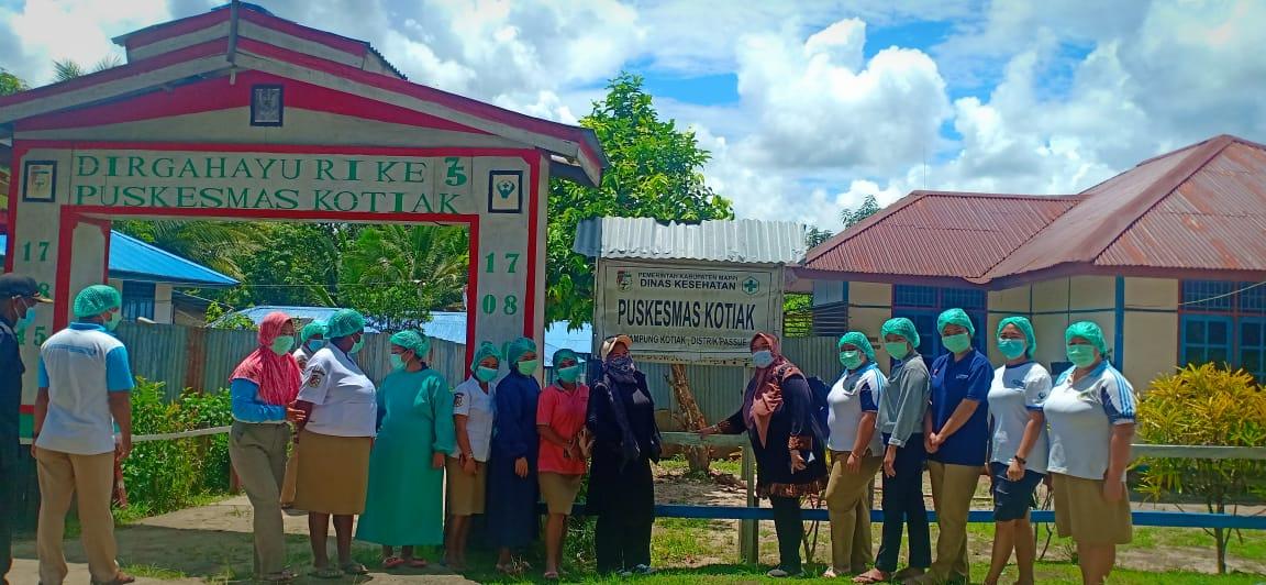 Fauzun Nihayah Foto Bersama tenaga medis Puskesmas Kotiak