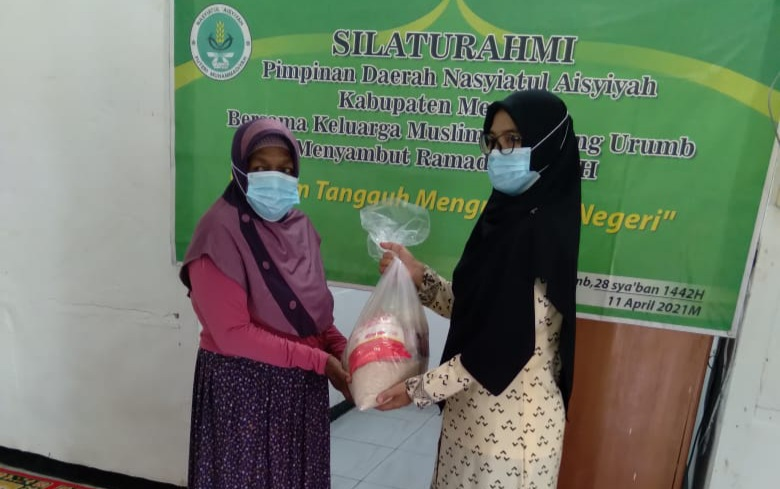 Penyerahan bantuan sembako secara simbolik oleh ketua Nasyiatul AisyiyahKabupaten Merauke