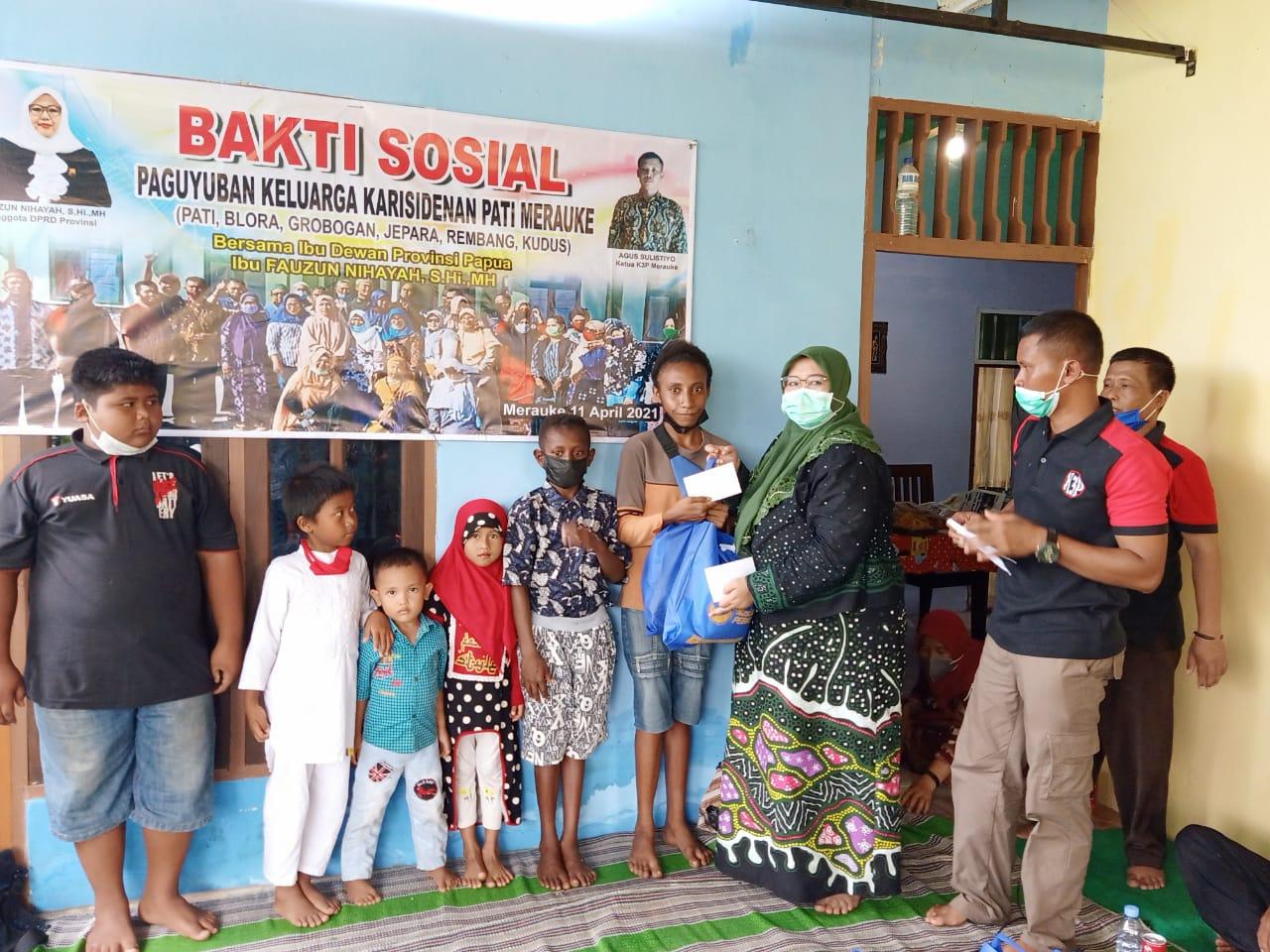Fauzun Nihayah Berikan bantuan uang secara simbolis keanak yatim