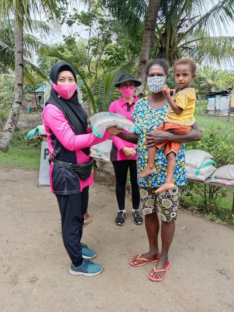 Ny. Ndari Untung S Ketua Bhayangkari Merauke berikan bantuan kemama-mama Papua