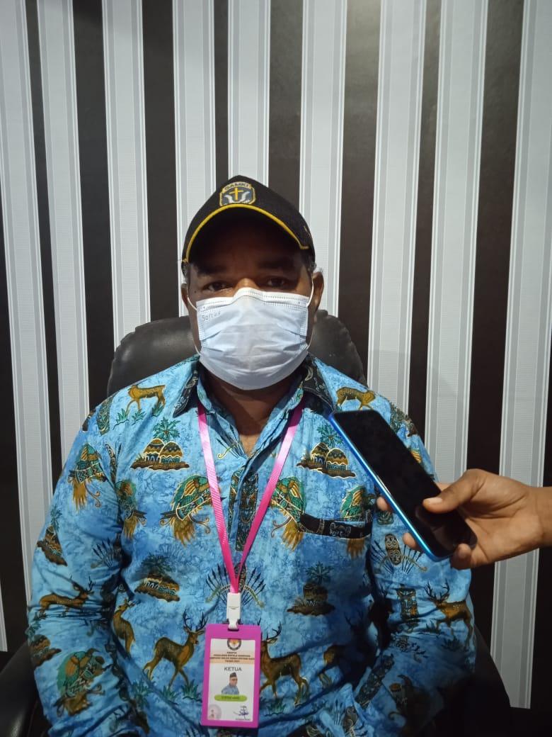 Ketua panitia pemilihan kepala kampung Salor Indah, Herman Wona saat diwawancarai/UB