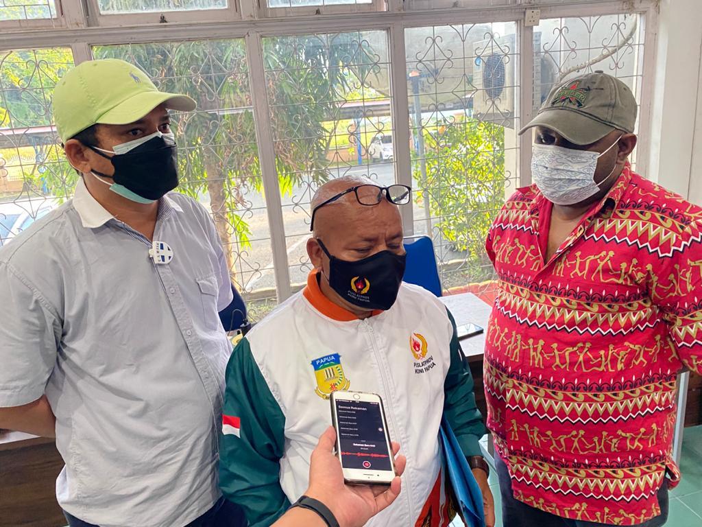 Wakil Sekretaris IV Bidang Humas dan PPM PB PON XX Papua, Katkis Matdoan (tengah) saat menerima hasil verifikasi wartawan dari Ketua Tim Verifikasi Wartawan, Hans Bisay (kanan) disaksikan Manager Media Center Menengah, Ronald Manurung,  Selasa (10/08/2021).
